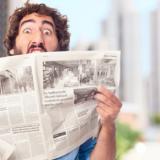 Mann liest entsetzt Zeitung